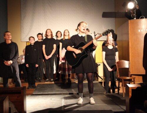 Mezigenerační divadlo Dvě sestry za oponou